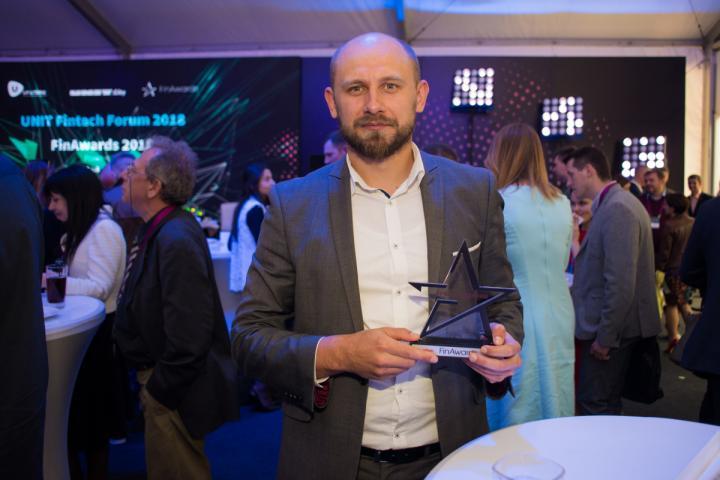 Награду на FinAwards2018 забирал Александр Чаленко, заместитель директора департамента развития розничного бизнеса Креди Агриколь Банка.