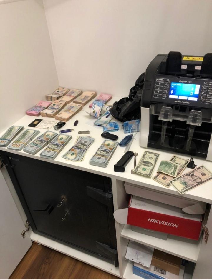 «Працювали» на іноземних хакерів: викрито схему легалізації коштів через криптовалюти