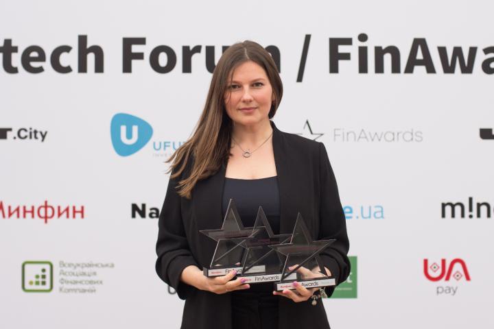 Три награды от FinAwards2018 удобно расположились в руках Кристины Кармазиной, руководителя e-commerce проектов ПриватБанка.